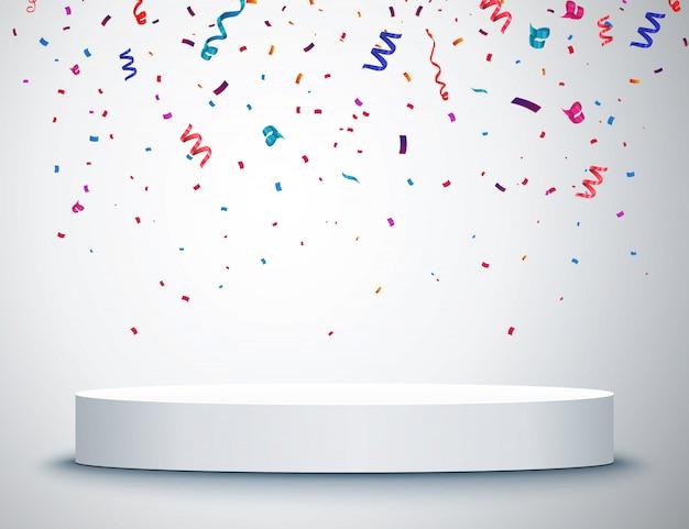 Voetstuk met kleurrijke confetti geïsoleerd op grijze achtergrond