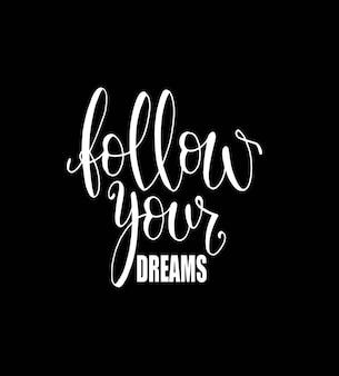 Volg je dromen. geïsoleerde kalligrafische hand getrokken belettering van inspirerende citaat