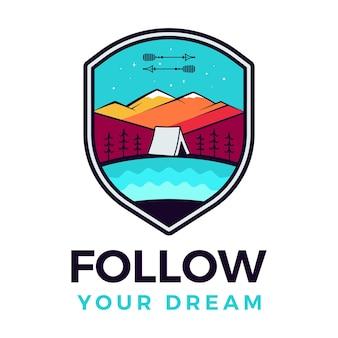 Volg je droomlogo, retro kampeeravontuurembleemontwerp met bergen en tent. vector
