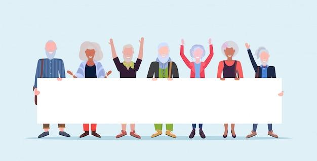 Volwassen mannen vrouwen eendrachtig samen houden van lege bord bord teken demonstratie concept senior grijze haren mix ras mensen mannelijke vrouwelijke stripfiguren volledige lengte horizontaal
