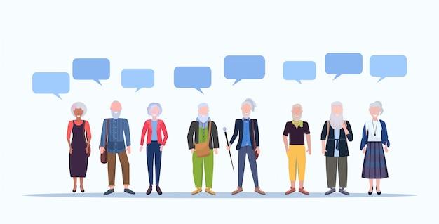 Volwassen mannen vrouwen permanent samen praatjebel communicatie glimlachend senior grijze haren mix ras mensen dragen trendy kleding mannelijke vrouwelijke stripfiguren volledige lengte horizontaal
