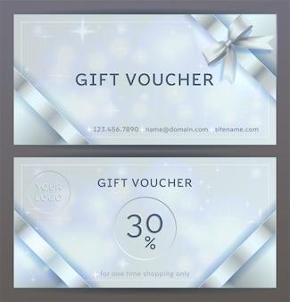 Voor- en achterkant van luxe cadeaubon met zilveren linten, strikken. geïsoleerd elegant sprankelend, stralend sjabloon