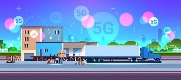 Vorkheftruck die kartonnen dozen op pallet laadt in semi-vrachtwagenaanhangwagen leveringsconcept 5g online draadloze systeemverbinding magazijngebouw buitenkant plat horizontaal bouwen