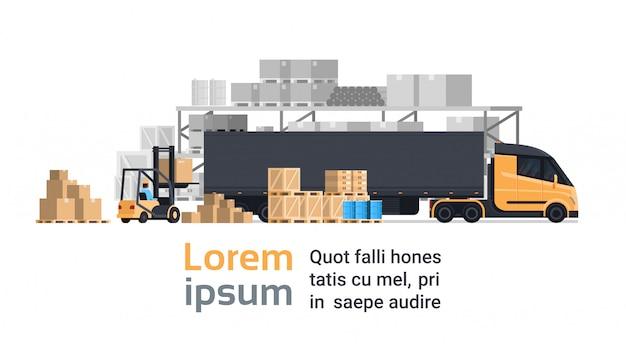 Vrachtwagen die met vorkheftruck laden, het pakhuisgebouw van de ladingscontainervrachtwagen. verzend- en transportconcept