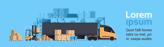 Vrachtwagen die met vorkheftruck laden, het pakhuisgebouw van de ladingscontainervrachtwagen. verzending en transport concept horizontale banner