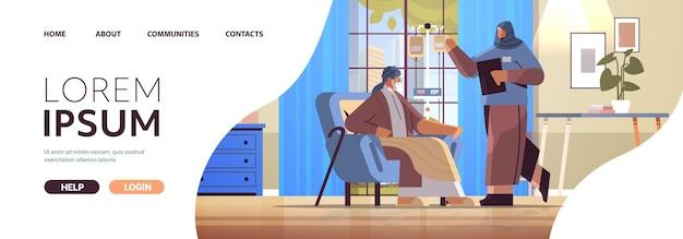 Vriendelijke arabische verpleegster of vrijwilliger controleren druppelaar van oudere man patiënt thuiszorg diensten gezondheidszorg en sociale ondersteuning concept verpleeghuis interieur horizontale kopie ruimte volledige lengte vector illustr