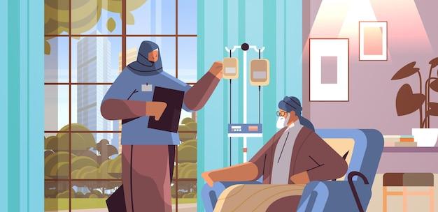 Vriendelijke arabische verpleegster of vrijwilliger die druppelaar van oudere man patiënt thuiszorg diensten gezondheidszorg en sociale ondersteuning controleren verpleeghuis interieur horizontaal portret vectorillustratie