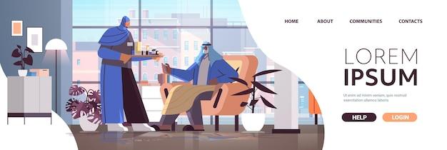 Vriendelijke arabische verpleegster of vrijwilliger die pillen brengt aan arabische oudere man patiënt thuiszorg diensten gezondheidszorg en sociale ondersteuning concept horizontale volledige lengte kopie ruimte vectorillustratie