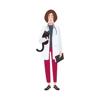 Vriendelijke dierenarts, dierenarts of dierenarts die een witte jas draagt en een kat vasthoudt.