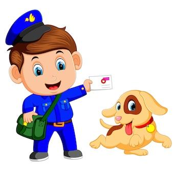 Vriendelijke postbode met tas en schattige hond