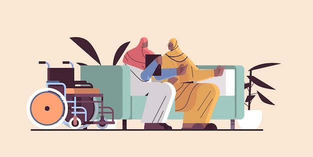 Vriendelijke verpleegster of vrijwilliger die arabische bejaarde vrouwen ondersteunt, thuiszorgdiensten, gezondheidszorg en sociale ondersteuning