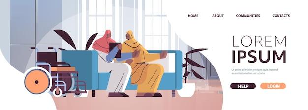 Vriendelijke verpleegster of vrijwilliger ondersteunende arabische bejaarde vrouw thuiszorg diensten gezondheidszorg en sociale ondersteuning verpleging concept home interieur horizontale volledige lengte kopie ruimte vectorillustratie