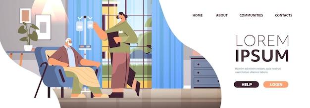 Vriendelijke vrouwelijke verpleegster of vrijwilliger die druppelaar van oudere man controleert patiënt thuiszorg diensten gezondheidszorg en sociale ondersteuning concept verpleeghuis interieur horizontale kopie ruimte volledige lengte
