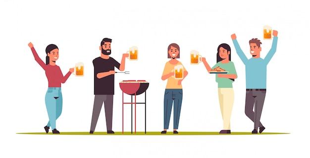 Vrienden die hotdogs bij de grill voorbereiden en bier drinken gelukkige mannen vrouwengroep die pret hebben picknick barbecue weekend partij concept vlakke volledige lengte horizontaal