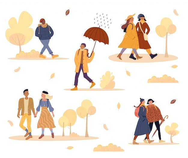 Vrienden, geliefden paar buiten wandeling in herfst park