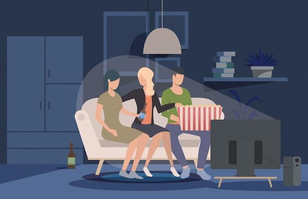 Vrienden kijken naar film thuis webpagina