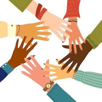 Vrienden met stapel handen die eenheid en groepswerk tonen