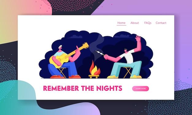 Vrienden zitten bij kampvuur in de nacht met gitaar marshmallow frituren.