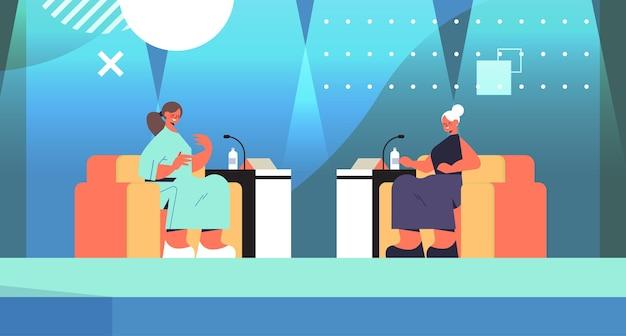 Vriendinnen bespreken tijdens bijeenkomst in de club van vrouwen meisjes ondersteunen elkaar unie van feministen concept tv-show horizontale volledige lengte vectorillustratie