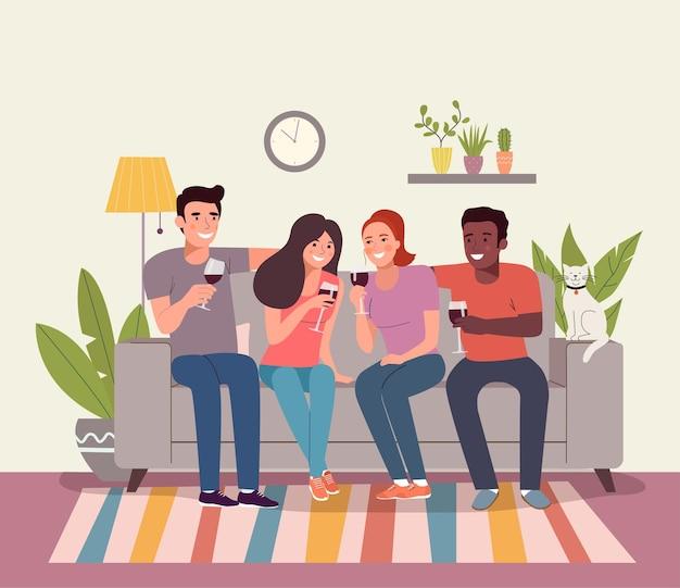 Vriendinnen drinken een glas rode wijn in hun woonkamer.