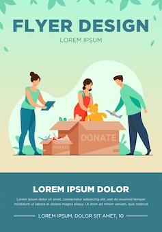 Vrijwilligers pakken donatieboxen in. mensen die speelgoed, voedsel, snoep doneren. vector illustratie sjabloon folder voor liefdadigheid, welzijn, bijstand concept