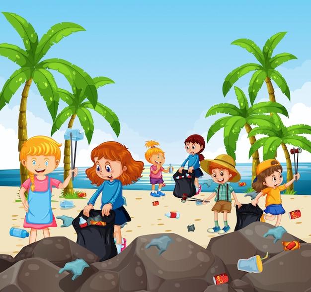 Vrijwilligerskinderen die afval verzamelen op het strand