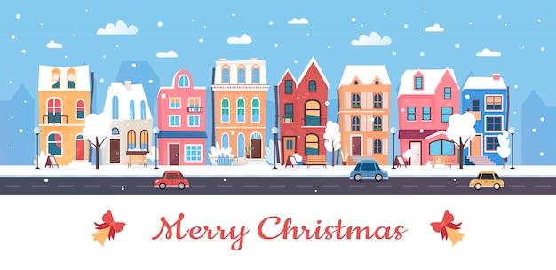 Vrolijk kerstfeest, besneeuwde stadsgezicht van de winterstad met schattige herenhuizen