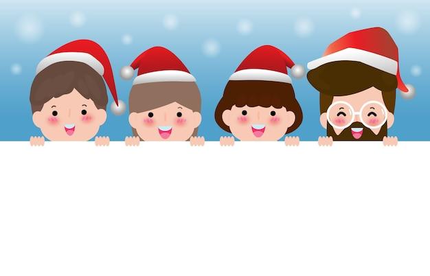 Vrolijk kerstfeest, gelukkig nieuwjaar, groep vrienden die kerstmutsen dragen die groot uithangbord houden