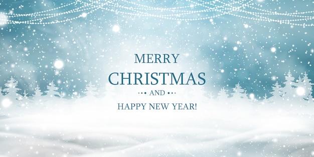 Vrolijk kerstfeest. gelukkig nieuwjaar. natuurlijke winter kerst achtergrond met blauwe lucht, zware sneeuwval, sneeuw, besneeuwd naaldbos, lichte slingers, sneeuwlaag. kersttafereel.