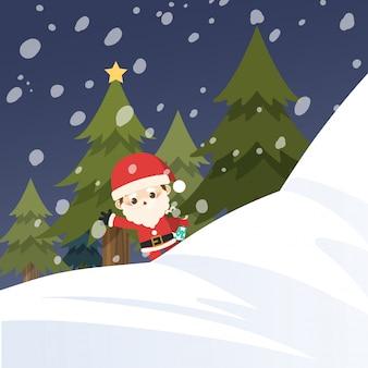 Vrolijk kerstfeest, kleine kerstman achter sneeuwberg.