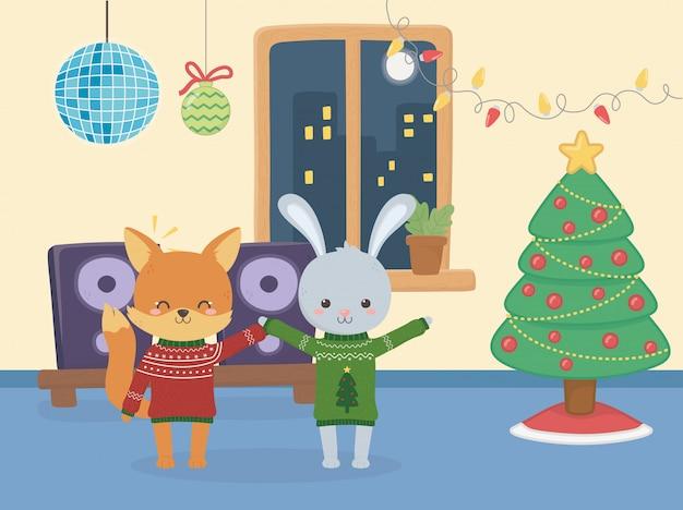 Vrolijk kerstfeest viering konijn en vos partij boom ballen lichten muziek