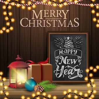 Vrolijk kerstfeest, vierkante ansichtkaart met cadeau, antieke lamp, kerstboomtak, kegel, kerstbal
