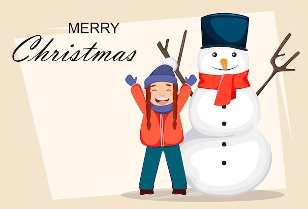 Vrolijk kerstfeest. vrolijk meisje in kerstman hoed spelen met sneeuwpop