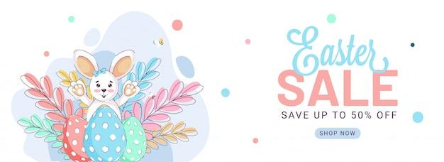 Vrolijk pasen banner met schattige bunny en kleurrijke eieren. verkoop banner.