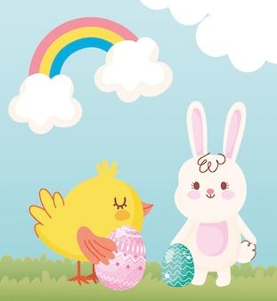 Vrolijk pasen, konijn en kip met eieren in gras regenboog wolken