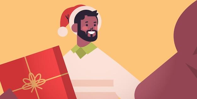 Vrolijke, afrikaanse amerikaanse mens, in, kerstmuts, vasthouden, camera, en, het nemen, selfie, nieuwjaar, kerstvakantie, viering, concept, horizontaal, verticaal, vector, illustration