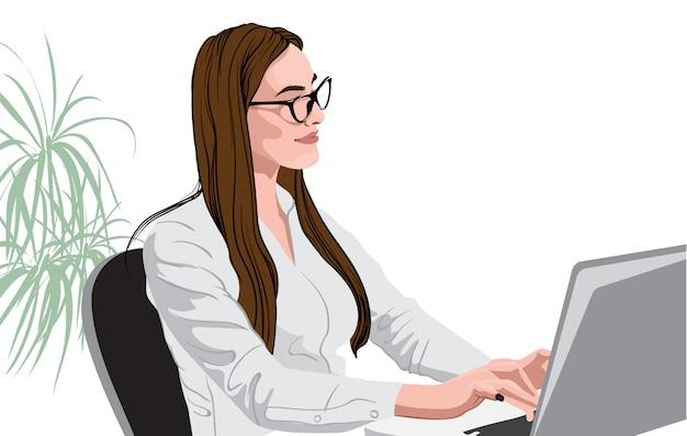 Vrolijke brunette in wit overhemd en glazen die bij laptop werken