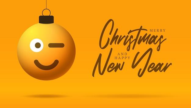 Vrolijke kerstkaart met het gezicht van glimlachemoji. vectorillustratie in vlakke stijl met xmas belettering en emotie in kerstbal hangen draad op achtergrond