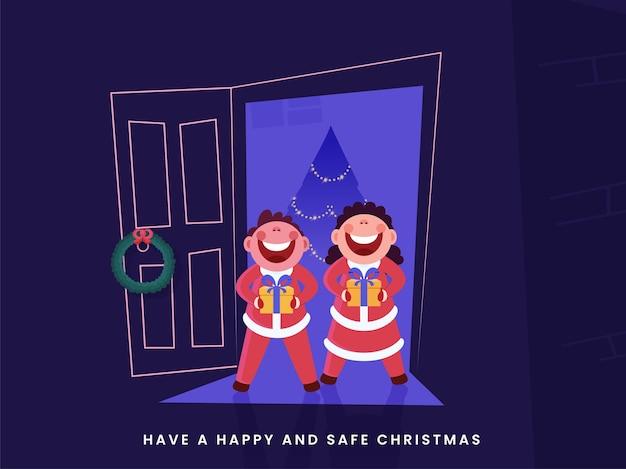 Vrolijke kinderen die geschenkdoos bij de deur met decoratieve kerstboom houden