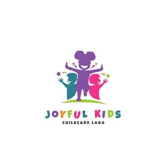 Vrolijke kinderen kinderopvang logo sjabloon met rennende gelukkige kinderen silhouet
