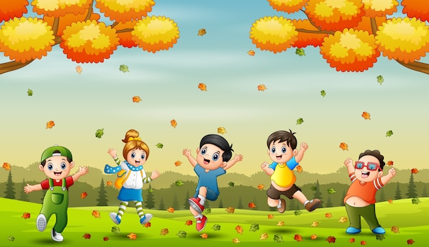 Vrolijke kleine kinderen springen in de herfst achtergrond