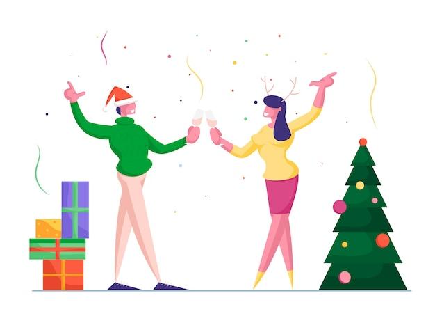 Vrolijke man in gebreide trui en kerstmuts gerinkelglazen