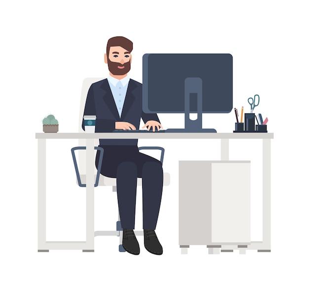 Vrolijke mannelijke beambte of bediende zittend aan een bureau en werken op de computer