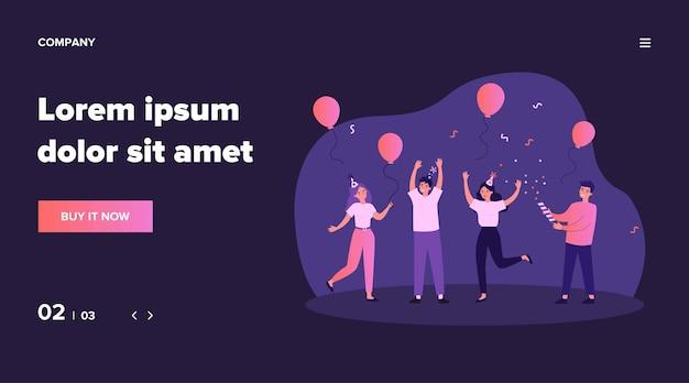Vrolijke vrienden plezier op verjaardagsfeestje. gelukkige mensen dansen met luchtballonnen en confetti. opgewonden kantoormeisjes en jongens die samen succes vieren