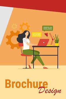 Vrolijke werknemer werkt op laptop op kantoor, online chatten met tekstballonnen. vectorillustratie voor communicatie, gelukkige werknemer, het concept van het carrièresucces.