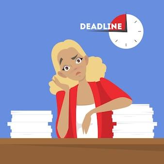 Vrouw aan de balie met stapel documenten