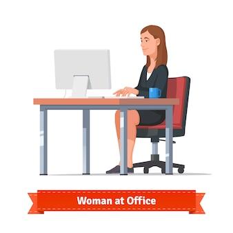 Vrouw aan het werk op een bureaublad aan de balie tafel