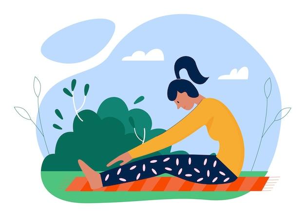 Vrouw beoefenen van yoga asana oefeningen in de zomer buiten parktuin