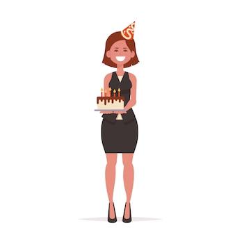 Vrouw bij pak houdt een taart.