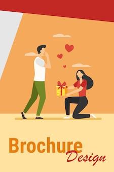 Vrouw cadeau geven aan haar vriendje. meisje met huidige doos die neer op één knie vlakke vectorillustratie komt. liefde, speciaal datumconcept